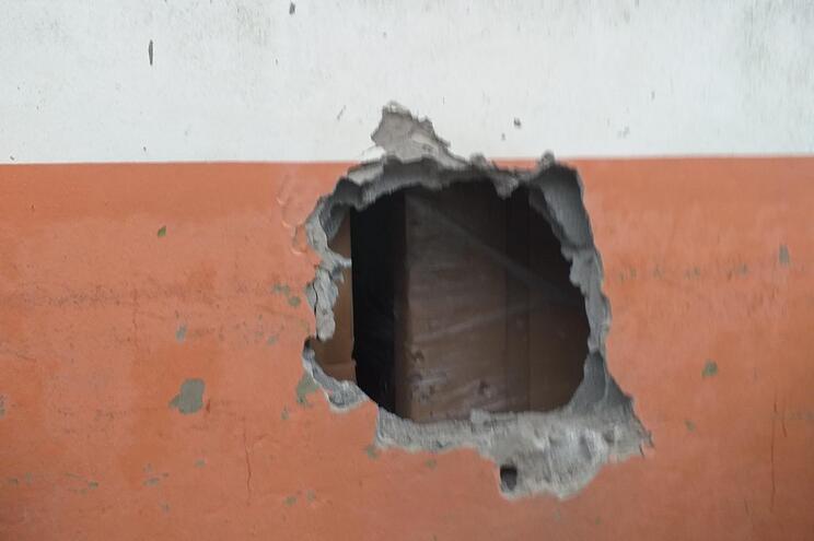 Os furtos foram cometidos com familiares, através de buracos efetuados nas paredes dos estabelecimentos