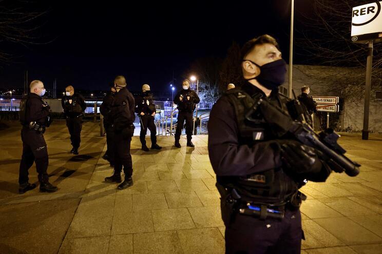A polícia francesa intensificou o policiamento na sequência das mortes