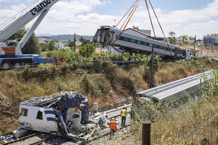 Uma das linhas afetadas pelo acidente em Soure deverá estar pronta até à meia-noite