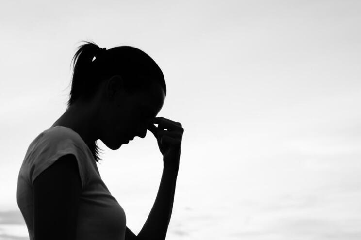 Das pessoas infetadas com o coronavírus, 92% relataram sintomas de ansiedade moderada a grave e 43% sintomas