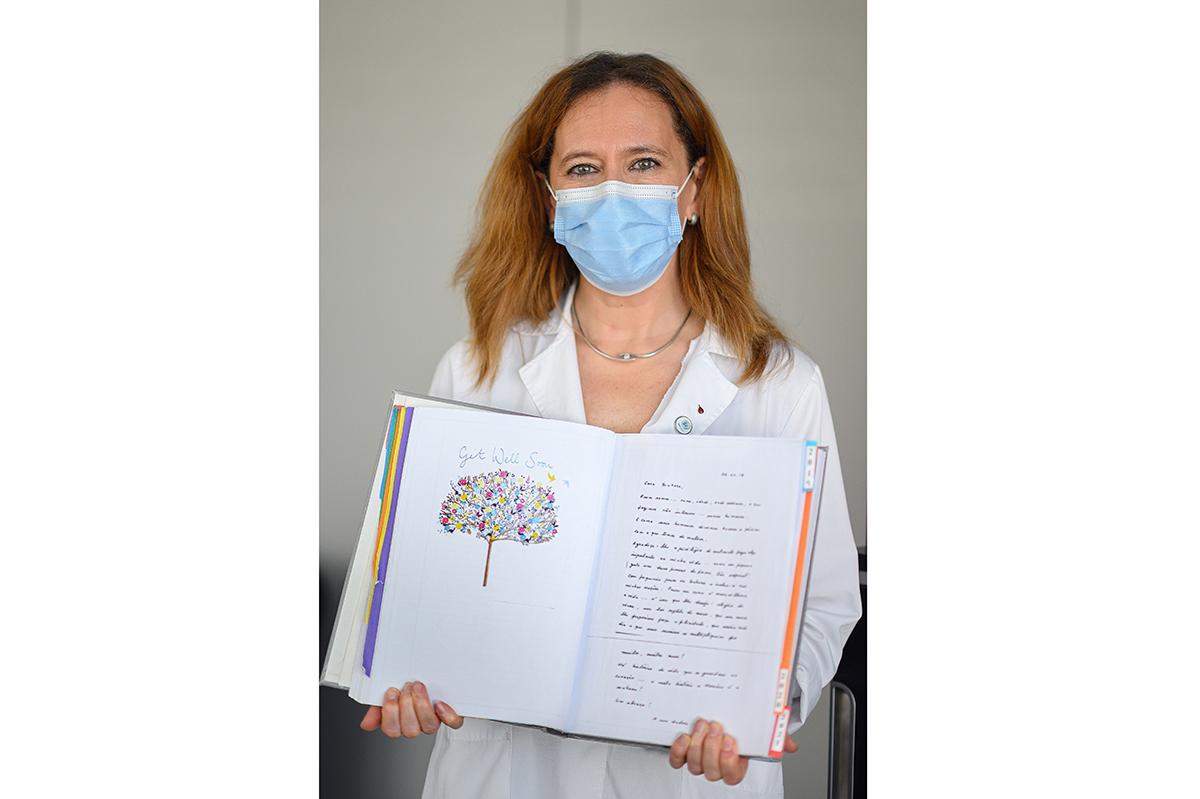 Susana Roncon, diretora de Serviço de Terapia Celular do IPO Porto, com o livro de mensagens trocadas