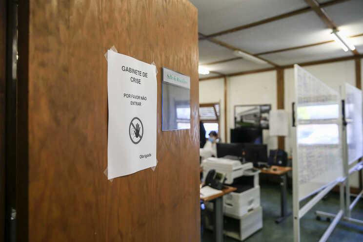 Quase 400 militares ajudam a rastrear as cadeias de transmissão