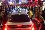 Um carro tenta passar por uma rua cheia de pessoas junto a bares no Soho, em Londres, em 4 de julho