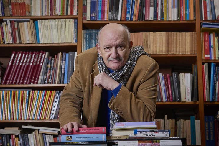 Lauro António fotografado em casa
