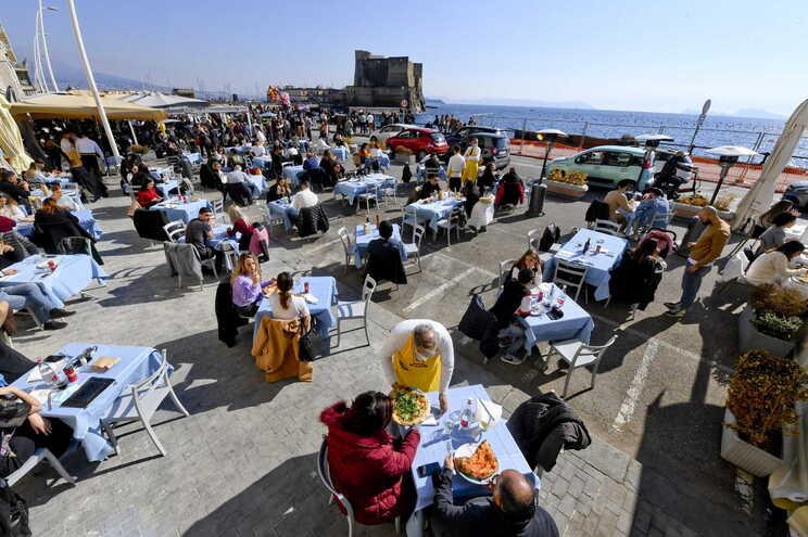 Clientes enchem esplanadas em Nápoles antes de região agravar as restrições para combater aumento de