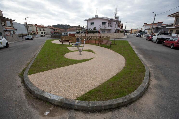 Parque infantil na urbanização da Gandara em Malta, Vila do Conde, fica no meio de uma rotunda