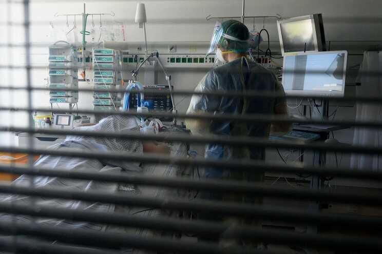 Profissionais de saúde pedem restrições mais severas