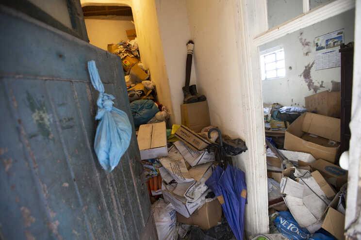 A casa do vizinhos de Lurdes, Teresa e Conceição está há anos transformada num depósito de lixo