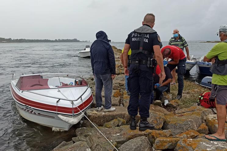 Um ferido grave em choque de barco com molhe em S. Jacinto