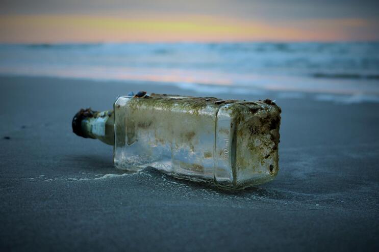 Membros de um clube de ciências naturais na Choshi High School lançaram ao mar 750 garrafas entre 1984