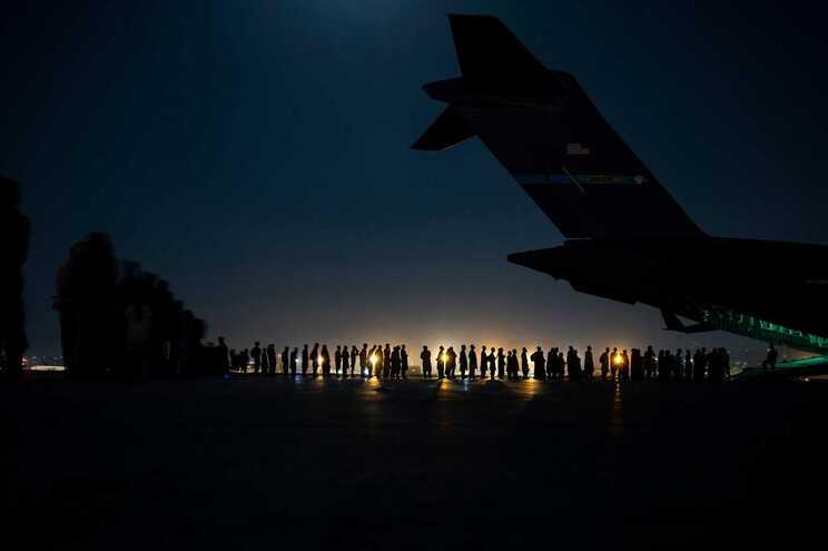 Milhares de pessoas estão a ser retiradas do Afeganistão