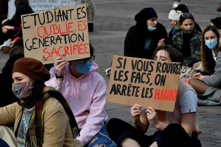 Estudantes franceses pedem reabertura das universidades em prol da saúde mental