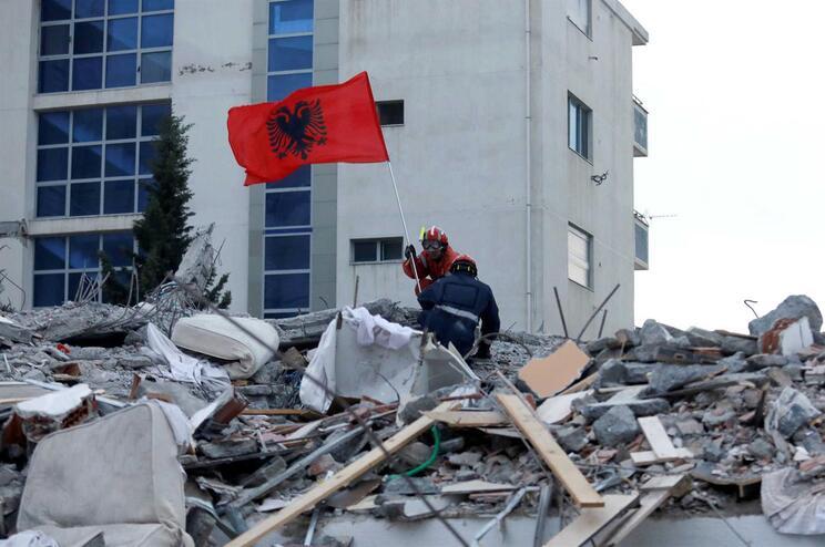 Albânia termina operações de resgate após sismo que fez 51 mortos