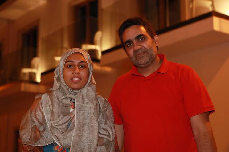 Fatima Habib, jovem basquetebolista, na companhia do pai, Habib ur Rehman, em Tavira