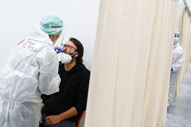 A cinco dias de o país iniciar uma reabertura parcial, Itália registou o maior aumento de casos da semana