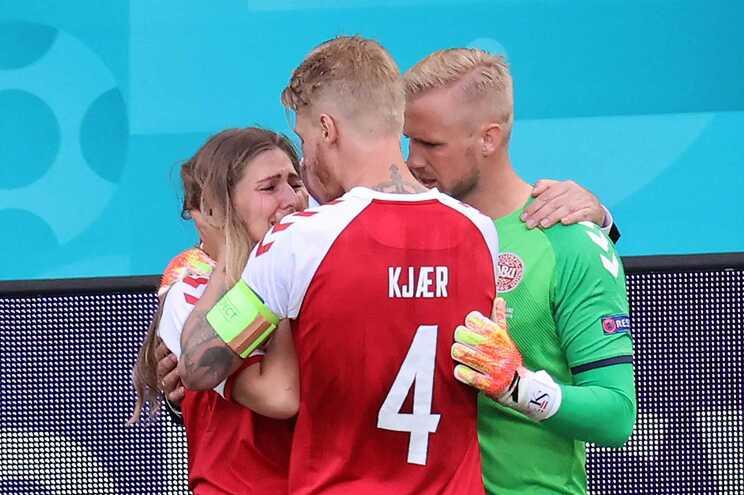 Kasper Schmeichel e Simon Kjaer confortaram mulher de Eriksen