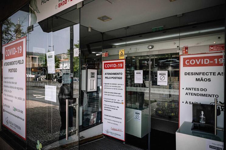 Quatro farmácias encerradas devido a contágio