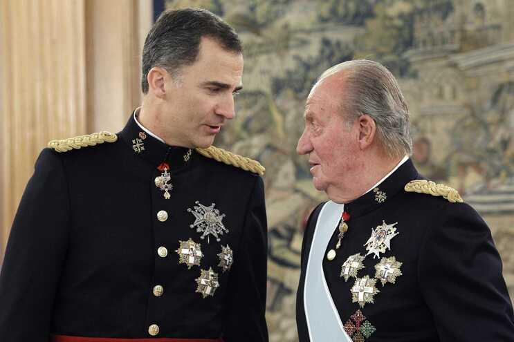 O rei Felipe VI e o pai Juan Carlos I