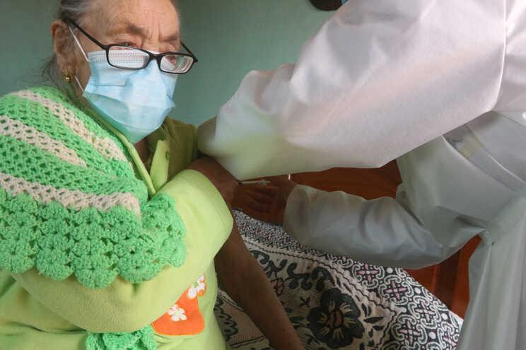 """Vacinar idosos com terceira dose """"ainda não está sobre a mesa"""""""