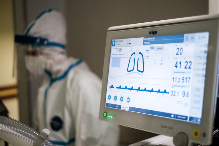 Aumento do número de internados em enfermaria e em cuidados intensivos