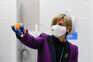 A ministra da Saúde Marta Temido acompanha a abertura do primeiro lote das vacinas contra a covid-19