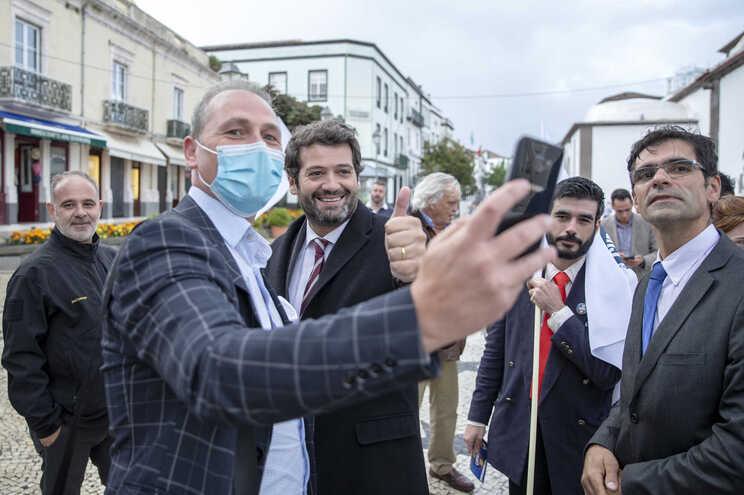 O presidente do Chega, André Ventura, acompanhado pelo candidato pelo círculo da Ilha de São Miguel,