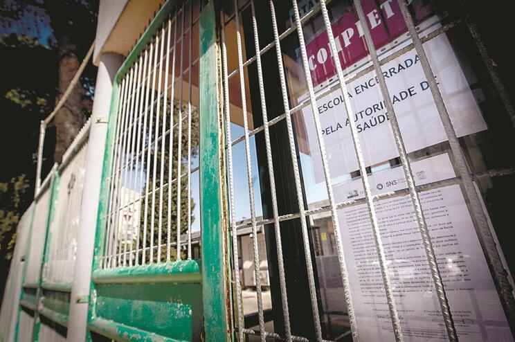 Duas escolas na Amadora foram encerradas pela autoridade de saúde, salvaguardando direitos dos pais