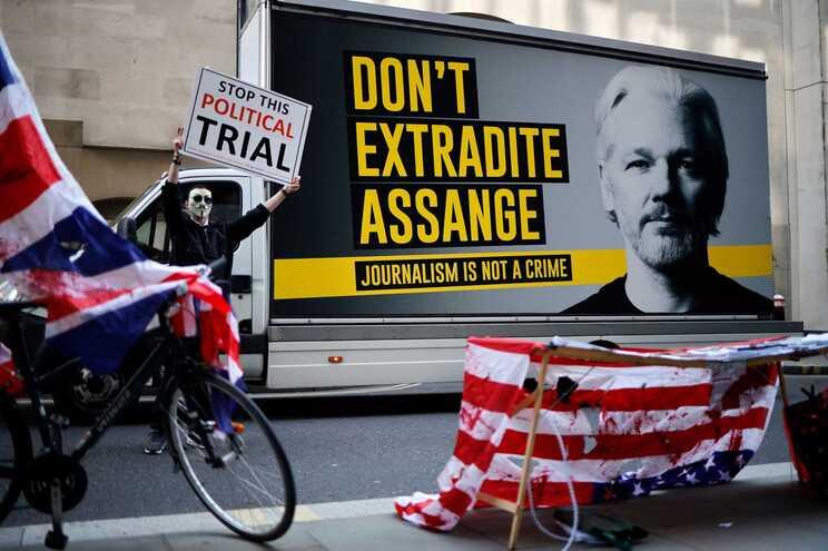 Lula e Zapatero entre mais de 100 políticos que reclamam libertação de Assange