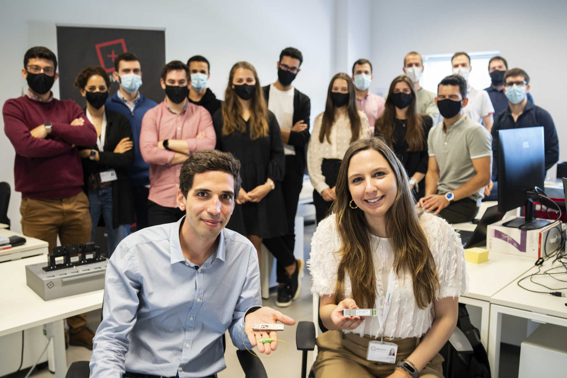 Francisco Rodriguez e Anna Tavares con il team che lavora al dispositivo