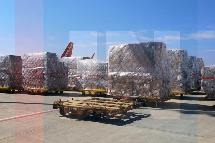 Primeira carga de material médico chegou esta sexta-feira ao Aeroporto Francisco Sá Carneiro