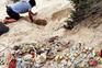 Casal percorre quilómetros para apanhar lixo na praia