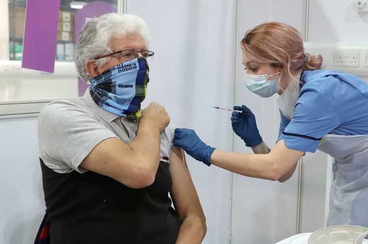 Estudo mostra que vacinas reduziram até 94% hospitalizações na Escócia