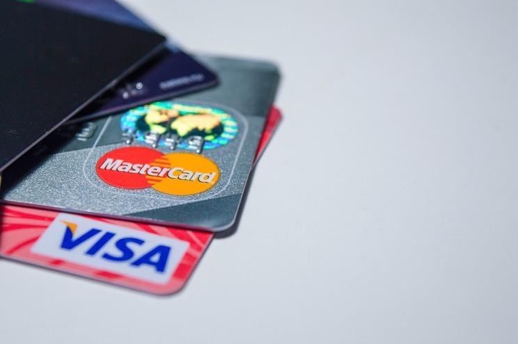 Há cartões com juros duas vezes acima do limite legal