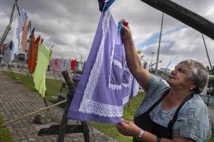 Rosalina Carvalho lava para fora para ajudar nas despesas de casa