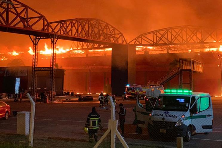 O incêndio terá começado na área do terraço, quando algumas estruturas estavam a ser soldadas