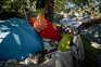 Vive em tendas junto à casa onde morava em Gaia