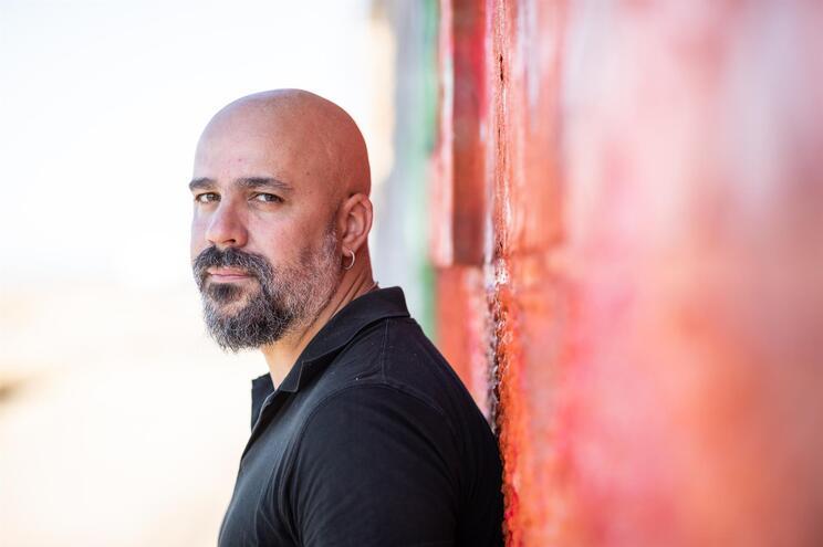 O novo livro de Afonso Cruz reúne histórias sobre o caráter viciante da literatura