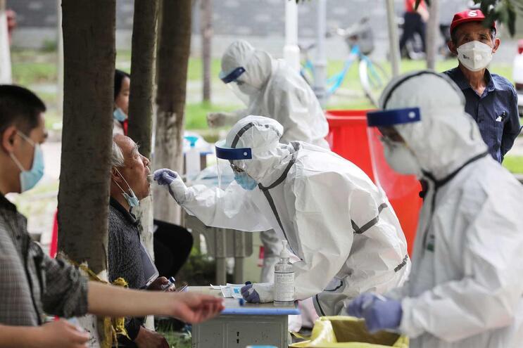 Residentes de Wuhan a serem testados à Covid-19, em maio