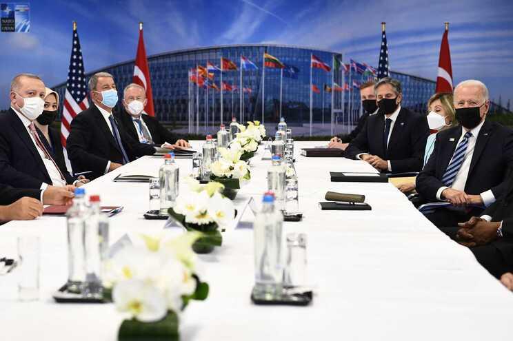 Uma reunião bilateral entre o Presidente da Turquia, Recep Tayyip Erdogan, e o Presidente dos EUA, Joe