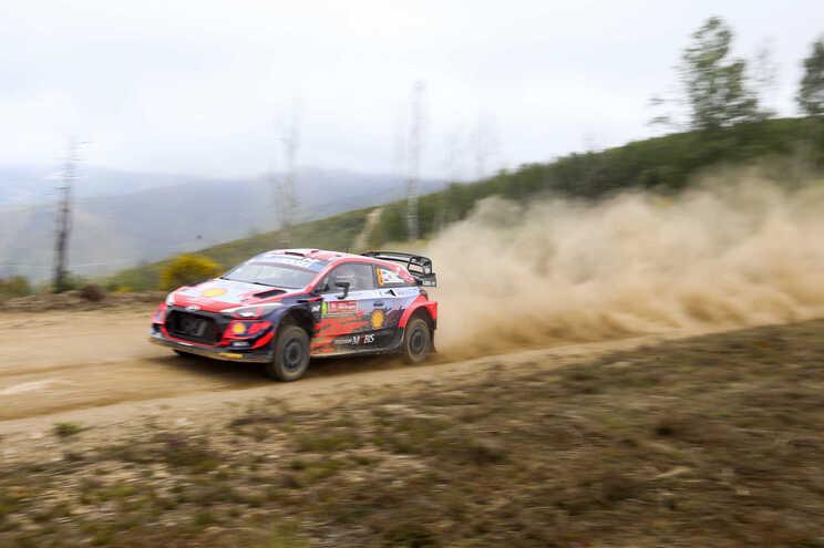 A dupla estónia Ott Tanak / Martin Jarveoja  ao volante de um Hyundai i10 Coupé WRC