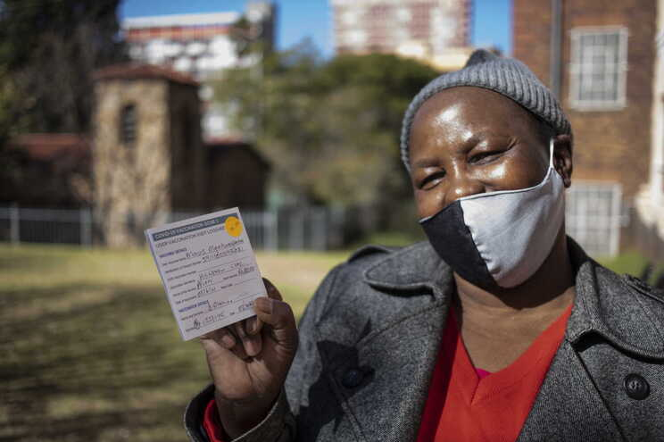 Mavis Mqakumfana já está vacinada. África do Sul é o país africano mais afetado pela covid-19