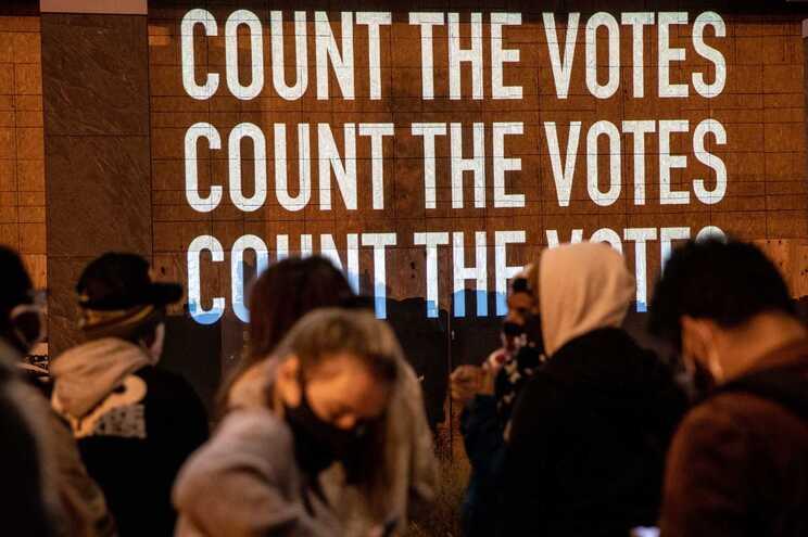 """""""Contem os votos"""", lê-se num ecrã em Washington."""