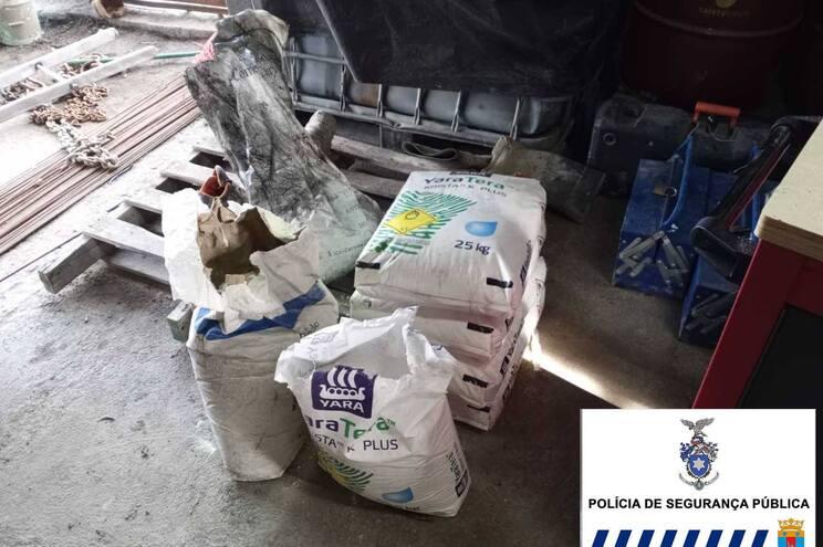 Foram apreendidos 120 quilos de nitrato de potássio, 20 quilos de enxofre e cinco quilos de carvão