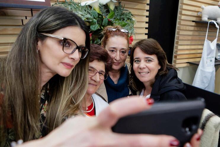 A coordenadora do Bloco de Esquerda (BE), Catarina Martins (D), tira uma selfie com populares durante