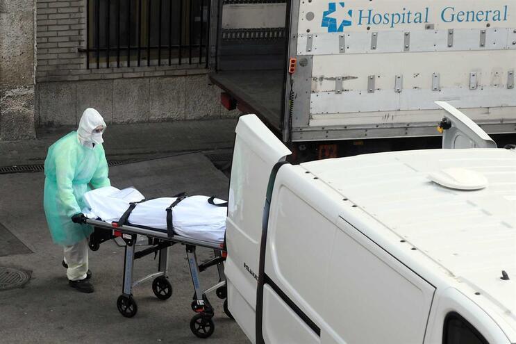 Mais de 7300 pessoas morreram com Covid-19 em Espanha