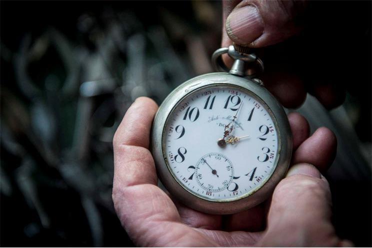 Relógios adiantam uma hora no domingo