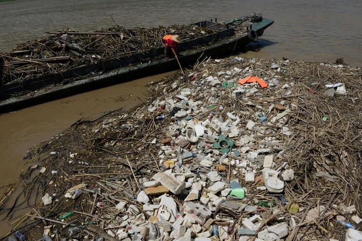 Bruxelas quer navios a pagar uma taxa para tirar lixo do mar