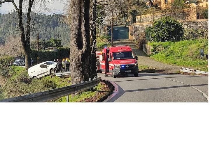 Carrinha ficou suspensa em rail até à chegada dos bombeiros