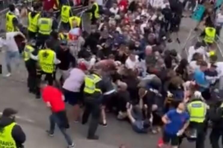Adeptos tentam entrar no estádio sem bilhetes para ver final do Euro