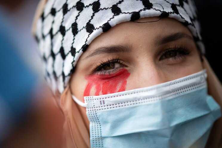 Manifestante em apoio à Palestina em Nantes, França